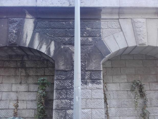 Le mur pendant les travaux de décapage par aéro gommage