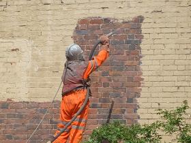 Nettoyage, décapage d'un mur en brique par hydrogommage, aérogommage