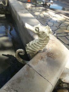 Nettoyage par aérogommage de sculptures en laiton recouvertes de résidus calcaire