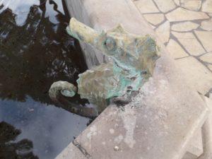 Décapage par aérogommage de sculptures en métal recouvertes de résidus calcaire