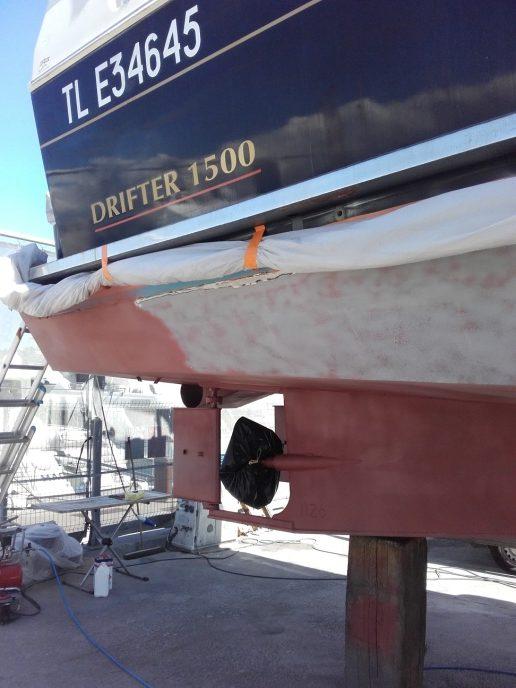 Décapage par sablage d'une peinture sur carène coque de bateau en acier à Cannes